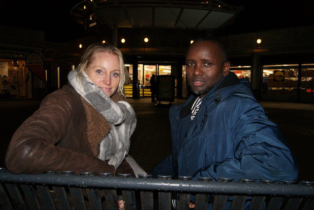 Abdulhakim en Elma op het bankje